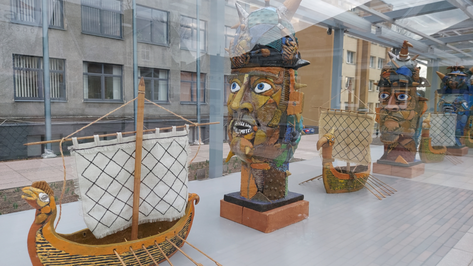 """""""Molėtai/ Gobis. Lauko ekspo"""" mieto parodų paviljone eksponuojama Aldonos Jonuškaitės – Šaltenienės naujausių keramikos kūrinių parodą """"Iš jūros. Vikingai""""."""