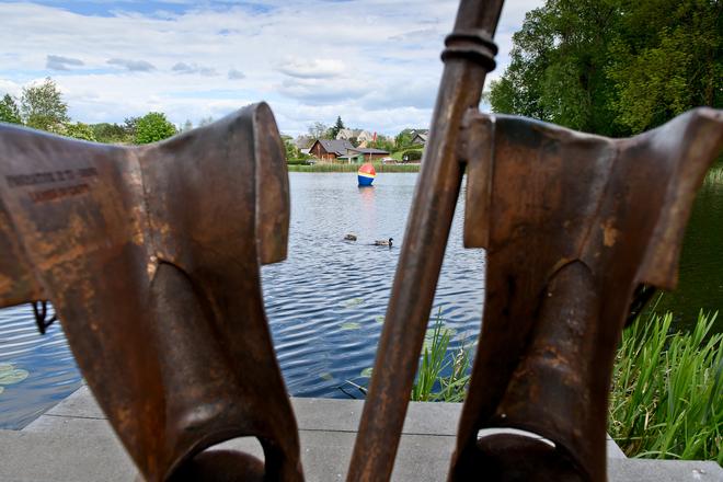 Makšķernieka kurpes un makšķeres skulptūra, Zivis ar seglu, pilsētas strūklaka