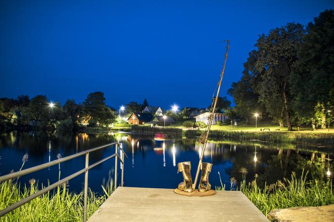 Fischerschuhe und Angelruten-Skulptur, Fisch mit Sattel, Stadtbrunnen