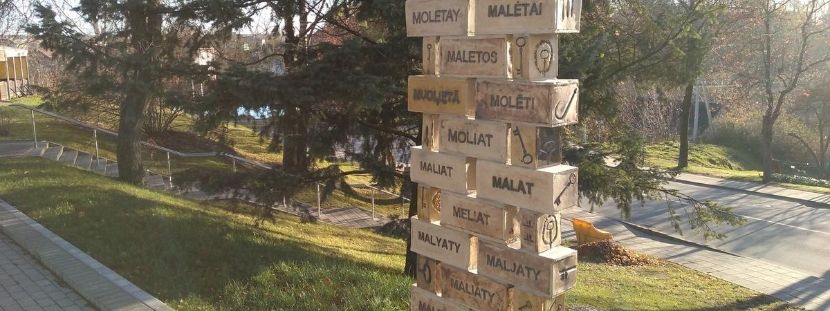 """Rzeźba """"Nazwa Molėtai"""""""